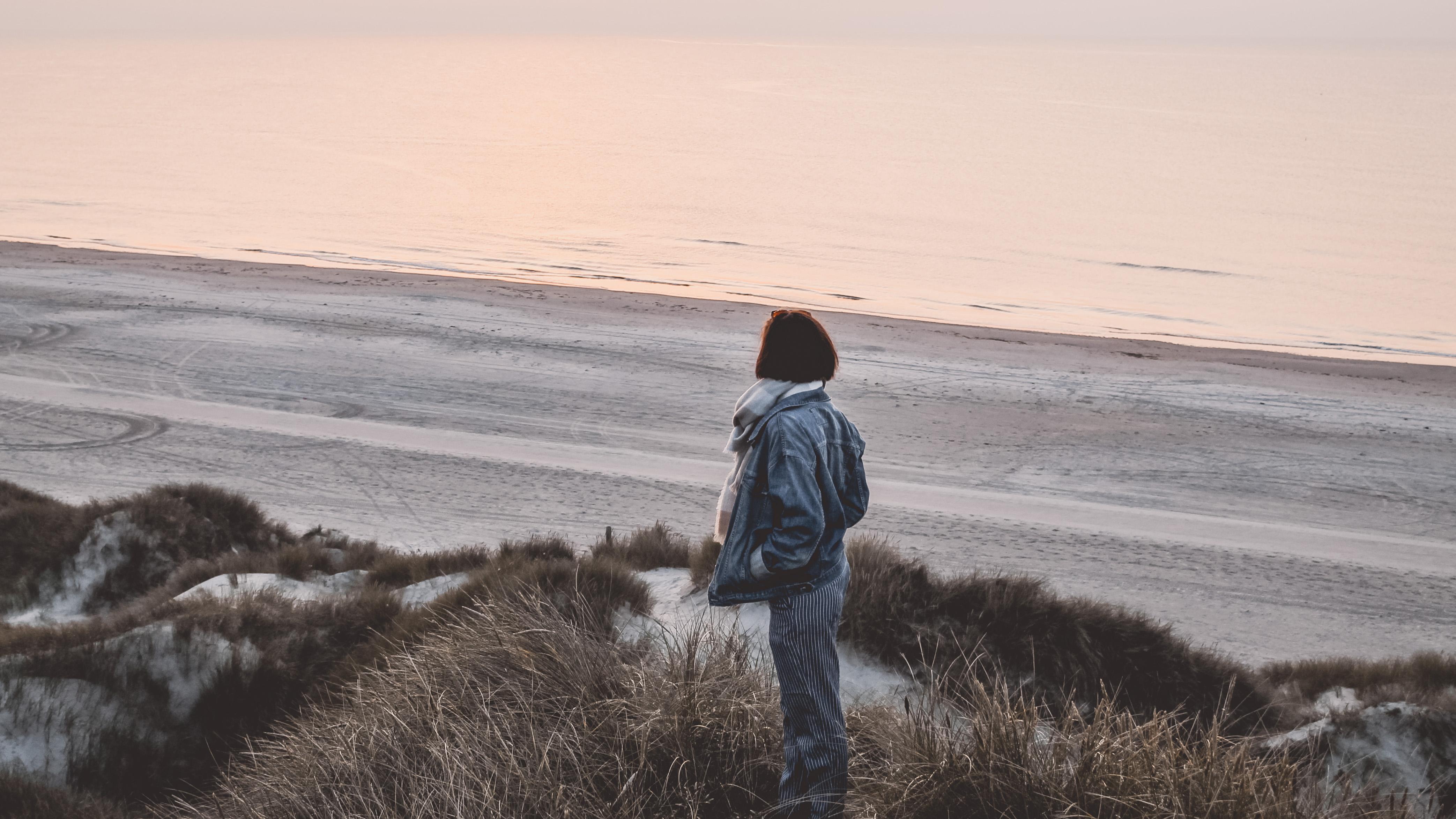 Ein Bild von mir am Strand in die Ferne guckend vor der Endometriose-Operation.
