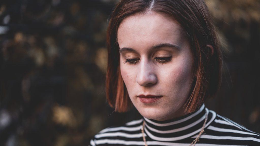 Das Bild zeigt mich mit bedrücktem Gesicht in der Zeit bis zu meiner Endometriose-Operation.
