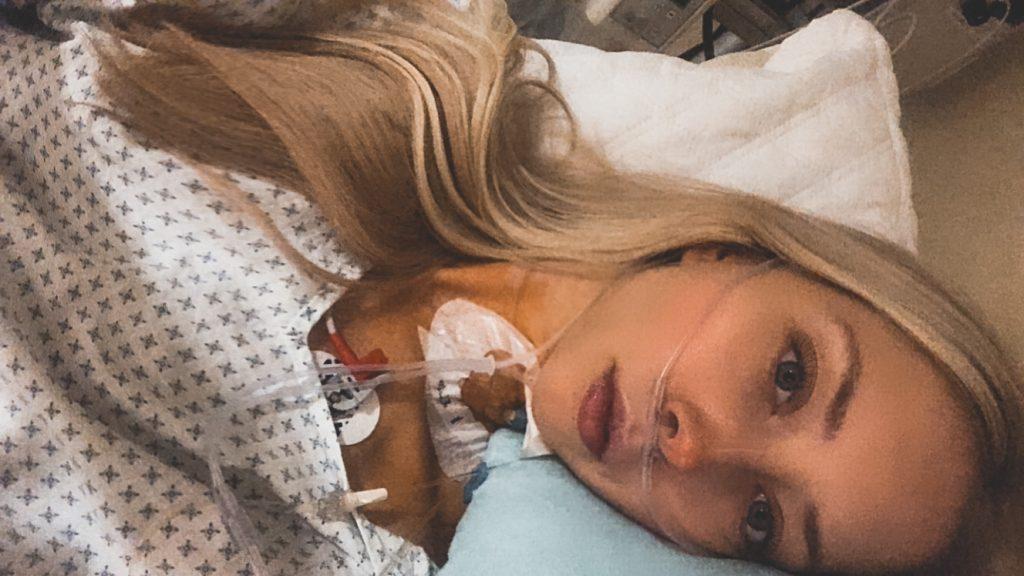 Selina, die ihre Endometriose-Geschichte erzählt, nach ihrer letzten Operation.